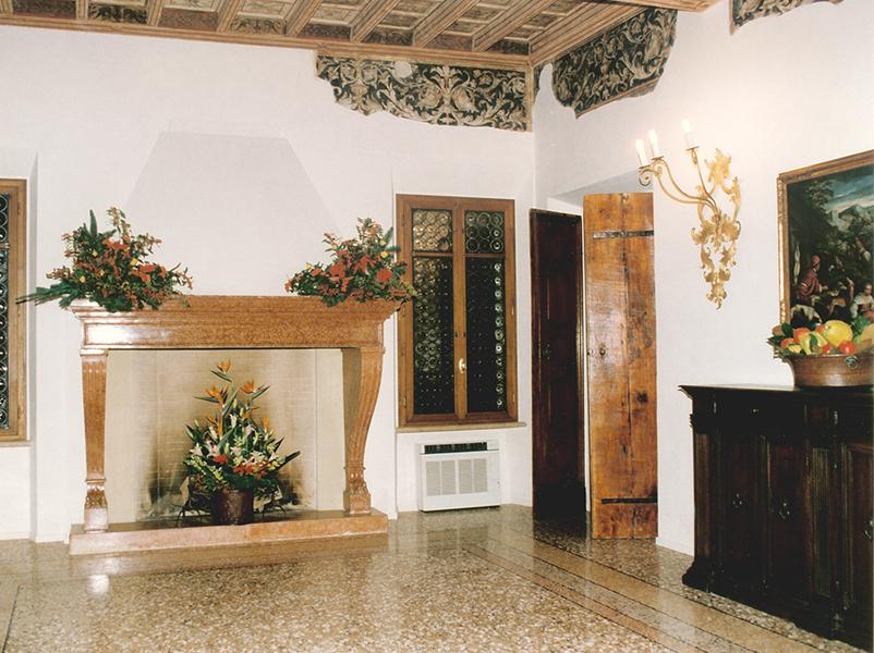 03-restauro-architettonico-mantova-via-chiassi-sala-affreschi-camino