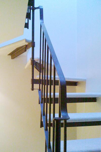 04-restauro-architettonico-mantova-dettaglio-scala-ferro-marmo