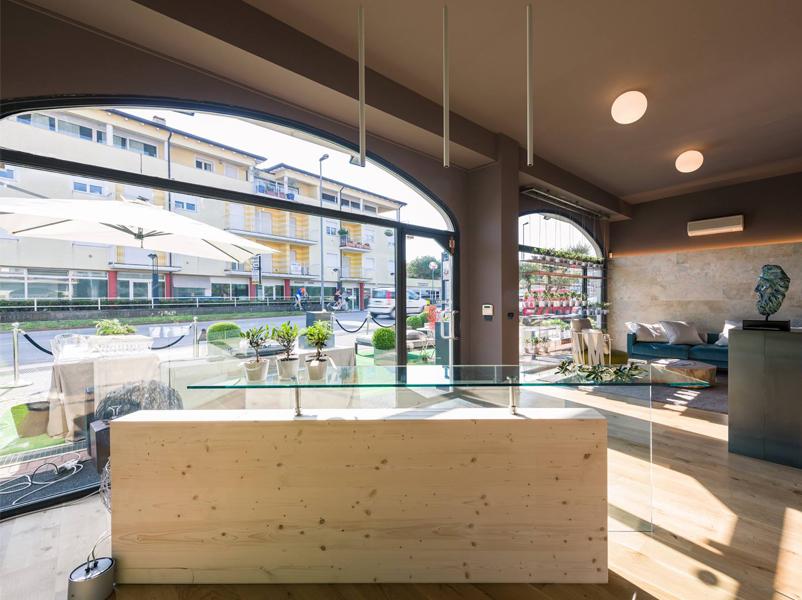 08-showroom-ville-bioedilizia-padenghe-garda-design-desk-legno-cristallo-brunoni