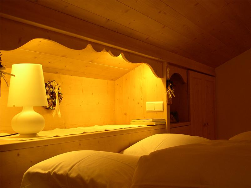 12-ristrutturazione-arredamento-appartamenti-montagna-camera-letto-nicchia-legno-architetti-mantova